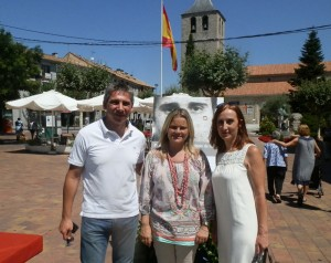 Cesar Rodríguez y Alicia García de UPyD Galapagar, con la hermana de Miguel Ángel Blanco, tras el homenaje realizado en el municipio