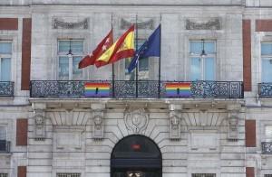Bandera Arcoiris con crespón negro en la fachada de Sol por el atentado contra el colectivo gay en Orlando. Foto: D. Sinova / Comunidad de Madrid
