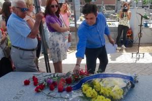 Daniel Pérez depositando flores